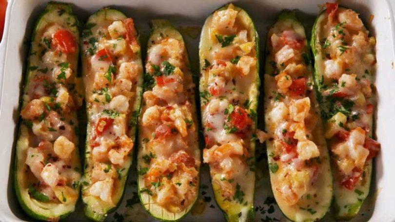 Courgettes gratinées aux crevettes et à l'ail, faibles en glucides et délicieuses