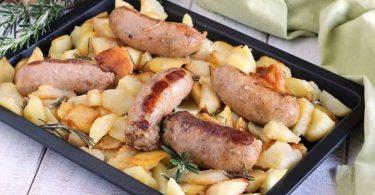 Pommes de terre et saucisses au four très savoureuses