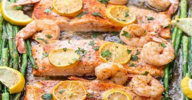 Saumon cuit au four avec crevettes et asperges