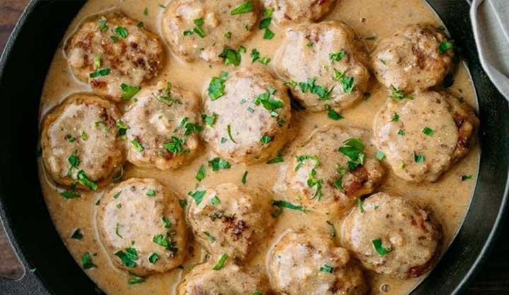 Boulettes de poulet dans une sauce crémeuse, délicieuses même une fois réchauffées!
